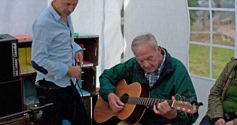 Hinrich Dagefoer und Gast mit seiner Gitarre