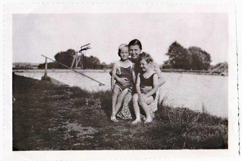 Mutter mit zwei Kindern, Foto: Hans-Heinrich Henze