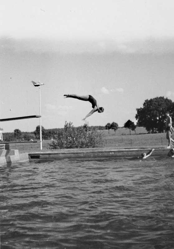 Köpfer vom Dreier, Garlstorfer Schwimmbad, Foto: Irmi Harms